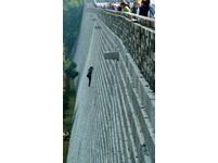 為了逃票? 南京女徒手爬上20公尺城牆