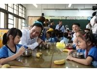 吃當季當地蔬果 朱立倫與學童共進午餐