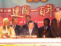 國宴驚喜!3公尺特大蛋糕現身 13國特使一同吹蠟燭