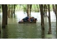 武漢「最牛閱讀姐」 洪水包圍淡定讀書
