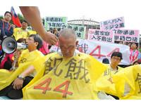 卡債男閉眼靜坐 在「飢餓44」剃髮抗議