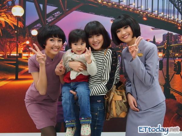 華航2012月曆代言人與民眾互動之我長大也要當空姐。