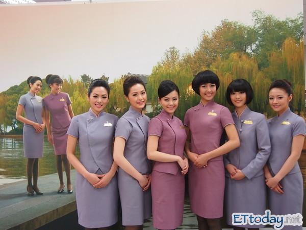 華航2012年月/桌曆選出新的空/地勤美女擔綱。