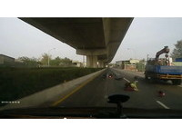 好痛!貨車未打方向燈突右切 騎士男女閃避不及遭撞飛
