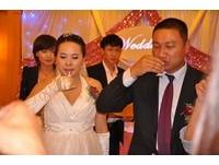 雲南千年古寺方丈為愛還俗 出動賓士迎娶26歲女老闆