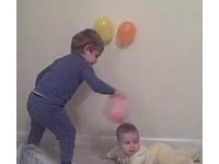 靜電「磨」術! 美童用氣球磨妹妹頭黏牆壁