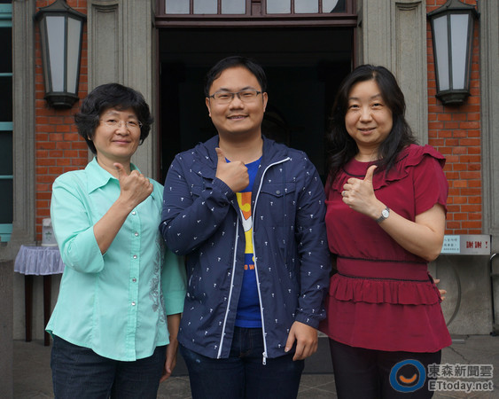 台大學務處生輔組王瑞琦主任與蕭詠琴股長與生醫電資所陳彥君同學共同合影