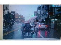 駝背阿婆淋雨推車過馬路 彰化熱心高中女幫打傘