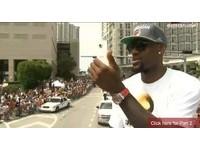 NBA/熱火詹姆斯也愛HTC? 封王遊行「機不離手」