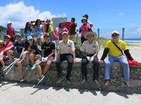 頂著30幾度高溫 小琉球志工撿垃圾淨灘守護島嶼