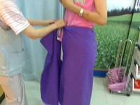 「超商就是我的伸展台」 粗線條女脫防曬裙裡面一起脫