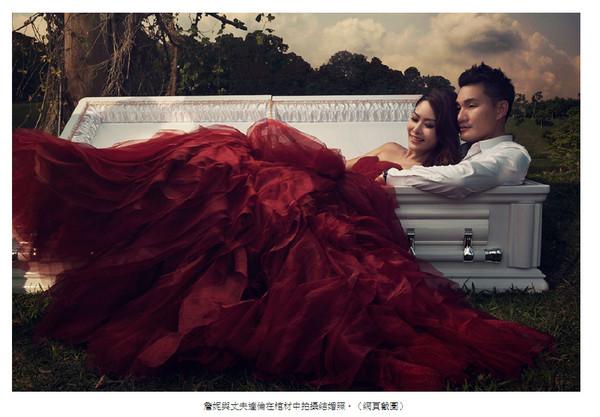 ▲詹妮與達倫拍攝了一組以棺材為主題的結婚照。(圖/翻攝自網路)