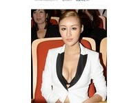 「中國網路第一美女」搶鏡一流 新片紅毯上乳波盪漾!