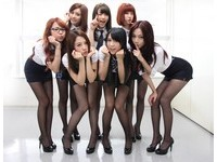 白襯衫配黑絲襪的性感 天氣女孩用OL裝征服日本人
