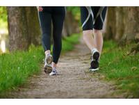 膝蓋痛能做什麼運動? 醫:「健走」是最佳選擇!