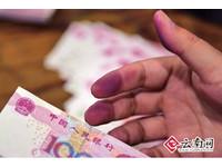 154萬假鈔「落漆」品質差 昆明警察數到手變紅