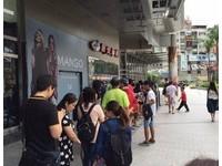 颱風天就是要看電影? 國賓影城湧現排隊人潮