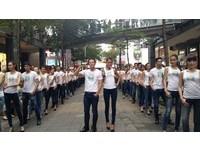 百位名模手持海尼根淡啤酒 國慶日信義區街頭熱鬧走秀