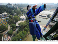 遊樂園噱頭無極限!推出萬聖節限定「殭屍版高空彈跳」