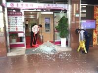 快訊/榔頭怪客砸銀行 台銀中崙分行大門玻璃碎