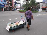 想讀輔大!每天「五股→樹林」走12公里 身障男一拐一拐賣水果