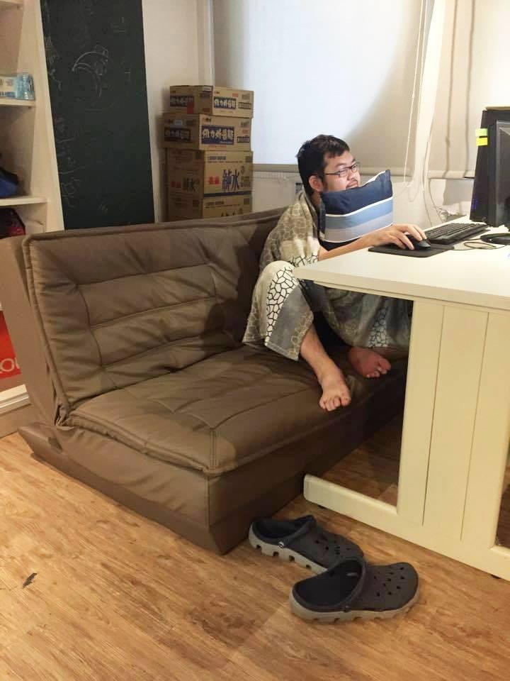 這間公司可以「自備椅子」他搬沙發床+毛毯+枕頭上班