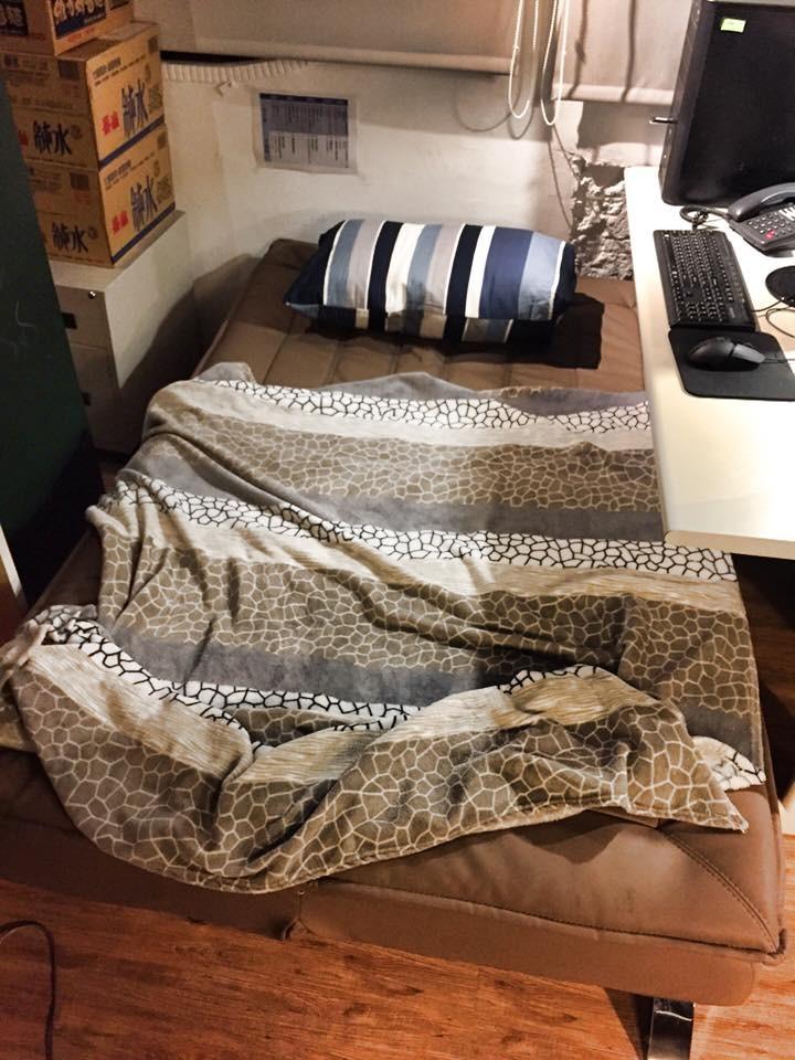 這間公司可以「自備椅子」他搬沙發床+毛毯+枕頭上班_02