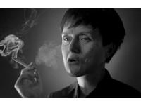 正妹哈草瞬間老了20歲 英戒菸廣告展現無聲震撼