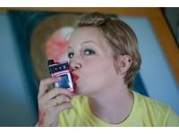 美女畫家「熱吻」英國王妃凱特 夢露也成吻下魂