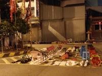 嘉義深夜「塑膠椅」排隊躺馬路 網酸:傻眼!台灣才有