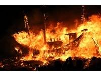 小琉球迎王祭高潮 凌晨「燒王船」場面壯觀