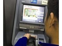 好傻好天真!男大生被詐騙 匯款後砸ATM還找女生襲胸