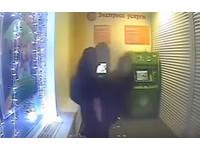 俄國小情侶冷冽到「凍不住」 人肉ATM當砲房直接上床