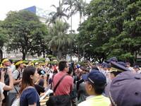 監院糾正樂生案 抗議民眾折紙飛機射入政院