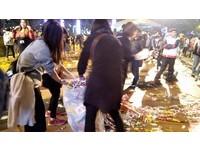 新北耶誕城散場後滿地垃圾 這群年輕人捏著鼻子幫忙撿