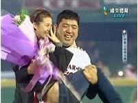 40歲NONO球場求婚 抱準嫩妻朱海君繞場回本壘得分