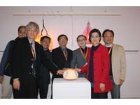 華梵師生展「紅點」作品亮相 大三生簡伯仰為環境發聲
