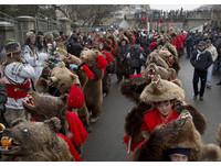 【圖集】異國跨年慶祝活動巡禮 羅馬尼亞穿熊皮跳舞