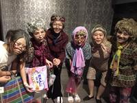 「50年後還要一起跨年」姊妹淘穿紙尿褲提點滴扮老跨年