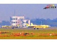 殲-20目標700架! 又見2架未塗裝「黃皮機」機場共跑