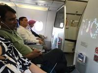 冏!男在飛機上看盜版電影 女主角就在他身後