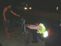 「家人期待他們平安回鄉」 暖警幫外勞自行車裝警示燈