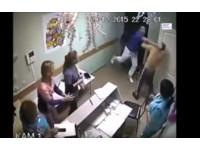 「你為什麼碰護士?!」 戰鬥民族醫生一拳打死病人