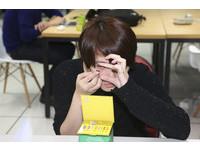 女大生眼腫流綠汁...隱眼碎片「卡眼」3個月險失明!