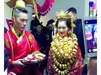 土豪婚禮!新娘脖子掛滿金鐲子 新郎扮帝王迎親像拍大戲