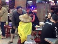 有愛夫妻請回收嬤一起吃飯 網讚:天冷有你們就暖了!