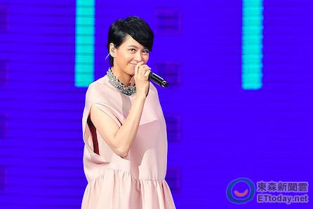 梁咏琪重现18年前 经典歌 小巨蛋万人大合唱