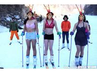 河南3女在零下15度滑雪場穿比基尼 扮美猴王迎新年