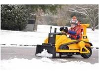 美男童開迷你挖土機剷雪 接到「山姆」路牌致謝
