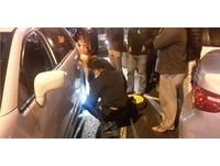 車輪爆胎困路邊等救援 暖警挽起衣袖變「黑手小天使」